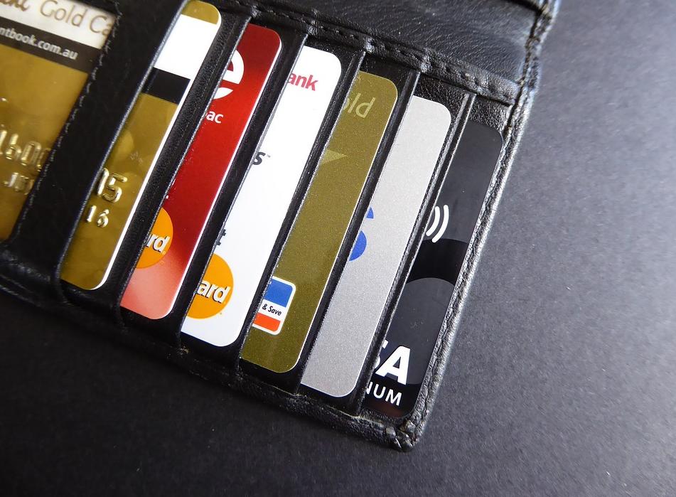 한국에선 아직 체크카드보단 신용카드가 할인혜택이 더 많습니다.